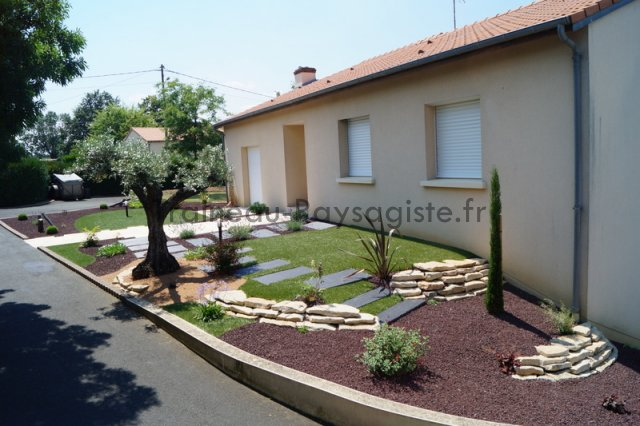 Amnagement devant maison free services paysagers for Amenagement jardin maison